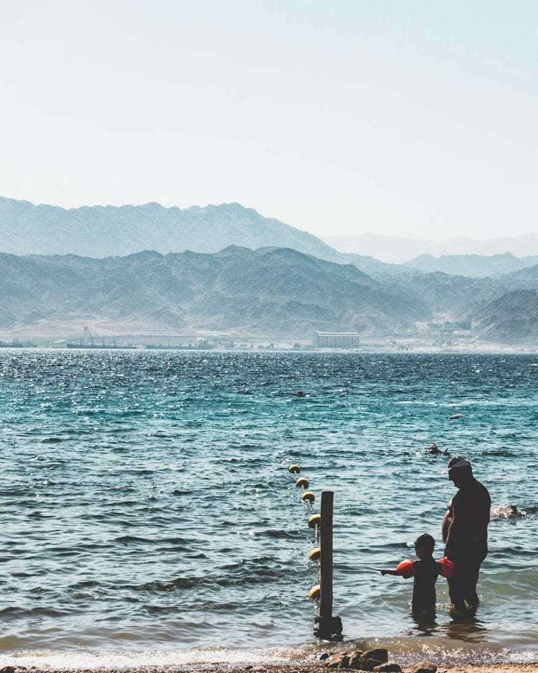בשעות המוקדמות למקום יש קסם ושקט - בצירוף אווירת השאנטי המאפיינת את החוף של מוש - פנינה של חוף עבורנו