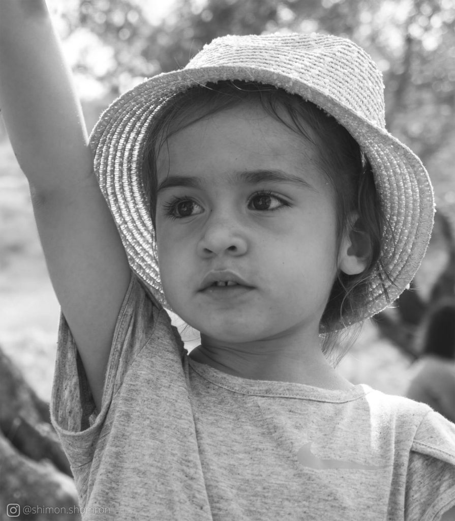 תמונת שחור לבן של ילדה קטנה חושבת